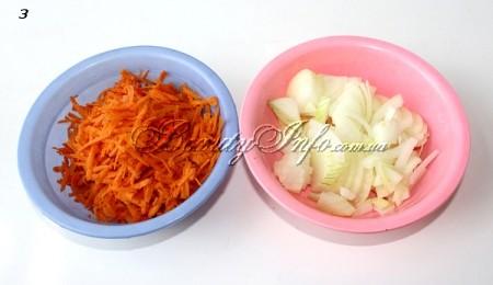 Морковь трем на терке, лук режем крупно